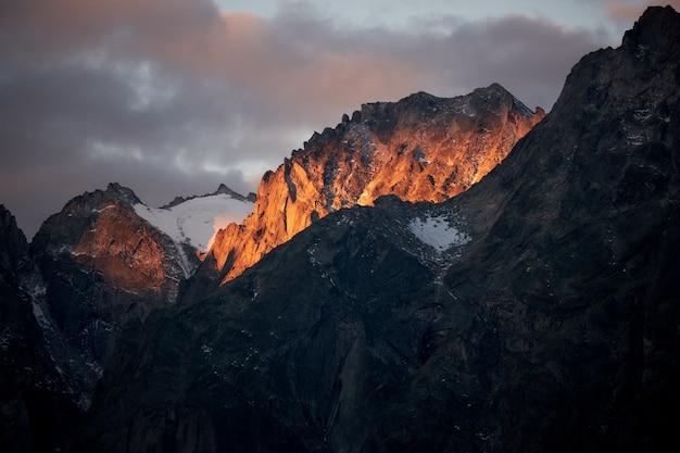 Luftaufnahme der berge mit einem bewölkten himmel
