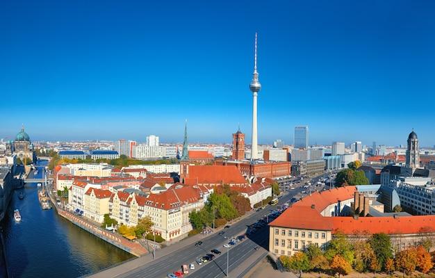 Luftaufnahme der berliner innenstadt an einem hellen tag mit rotem rathaus und fernsehturm am alexanderplatz