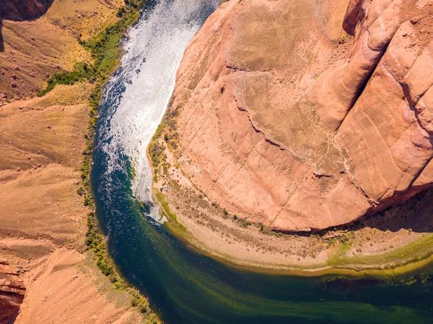 Luftaufnahme der berühmten hufeisenbiegung vom kurvenfluss im südwesten der usa