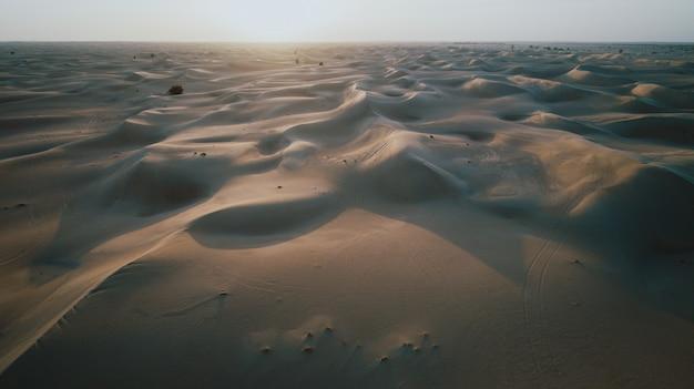Luftaufnahme der dünen im desrt von dubai, vae