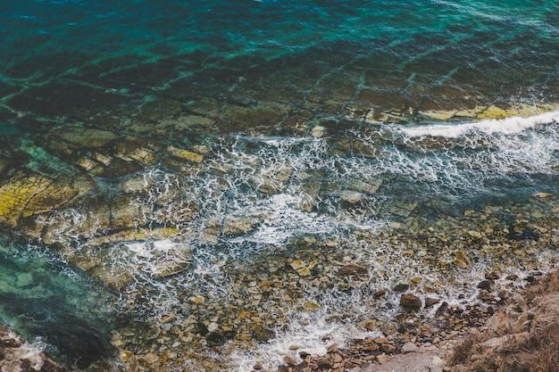 Luftaufnahme der felsigen küste und des türkisfarbenen meerwassers