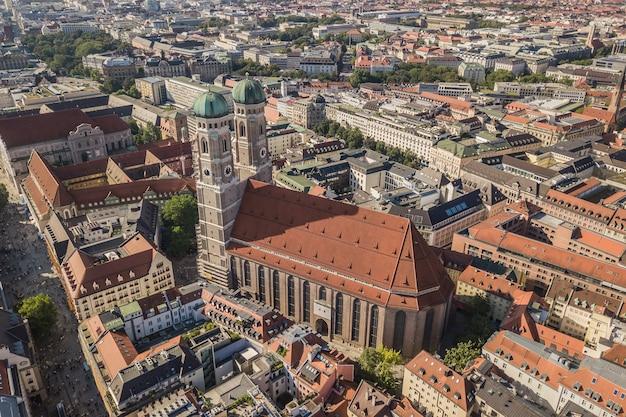 Luftaufnahme der frauenkirche in münchen, deutschland