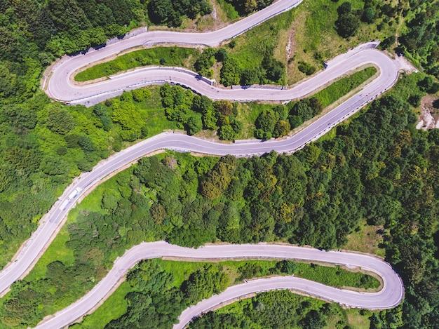 Luftaufnahme der gebirgsstraße und der bäume
