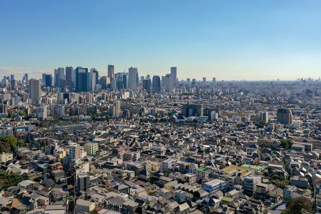 Luftaufnahme der gemeinde shinjuku und des gebäudes vieler wolkenkratzer in tokyo japan.