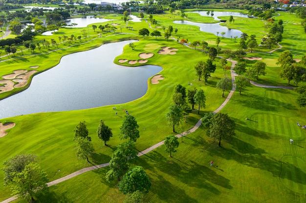 Luftaufnahme der golffeldlandschaft mit sonnenaufgangansicht in der morgenaufnahme. bangkok, thailand