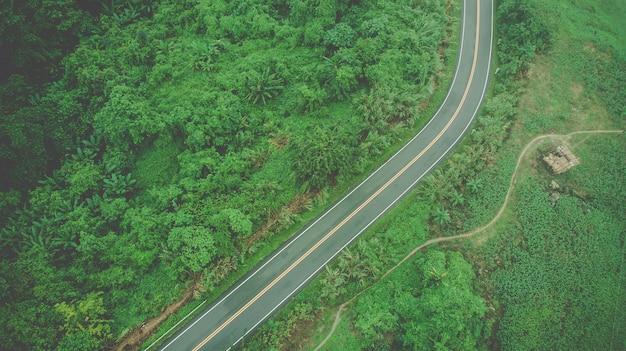 Luftaufnahme der himmelsstraße über die spitze des berges