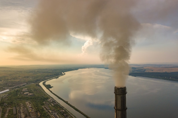 Luftaufnahme der hohen kaminrohre mit grauem rauche vom kohlekraftwerk. stromerzeugung mit fossilen brennstoffen.