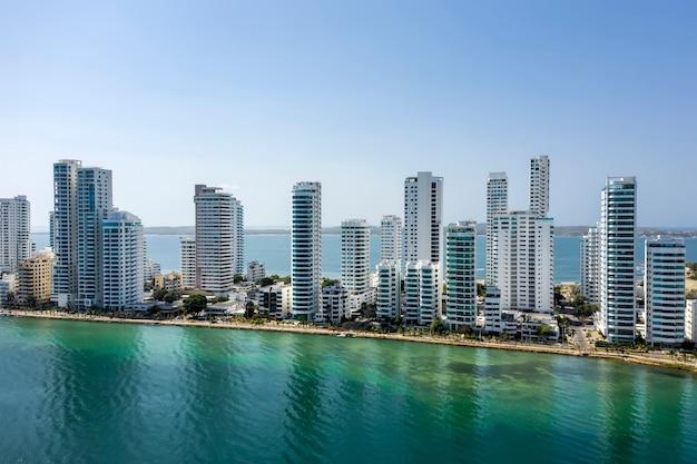 Luftaufnahme der hotels und hohen wohnhäuser
