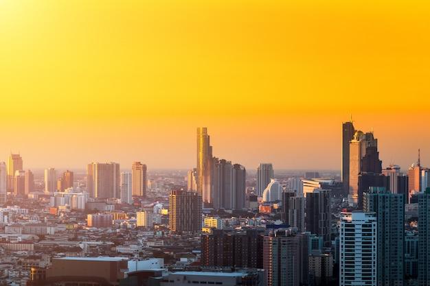 Luftaufnahme der im stadtzentrum gelegenen skyline der hauptstadt bangkoks von thailand