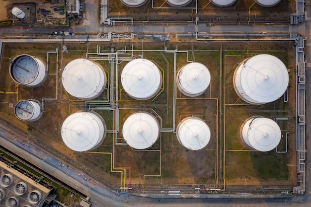 Luftaufnahme der industriellen und petrochemischen ölraffinerie öl- und gastanks mit pipelines auf der anlage