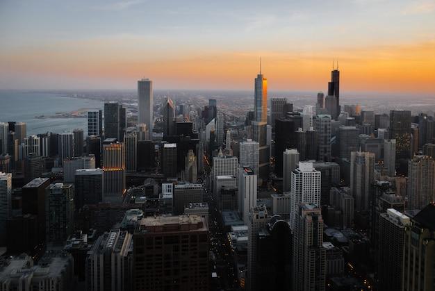 Luftaufnahme der innenstadt von chicago in der abenddämmerung mit blick nach süden