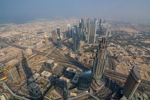 Luftaufnahme der innenstadt von dubai mit künstlichem see und wolkenkratzern vom höchsten gebäude der welt vom burj khalifa