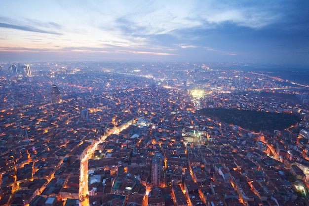 Luftaufnahme der innenstadt von istanbul mit wolkenkratzern bei nacht