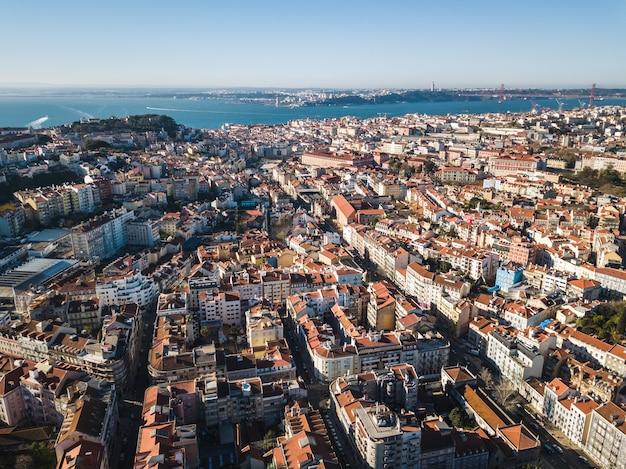 Luftaufnahme der innenstadt von lissabon an einem sonnigen tag
