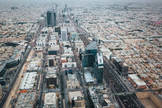 Luftaufnahme der innenstadt von riad am abend