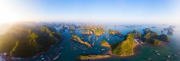 Luftaufnahme der insel ha long bay cat ba, einzigartiger kalksteinfelseninseln und karstbildungsgipfel im meer, berühmtes tourismusziel in vietnam. szenischer blauer himmel.