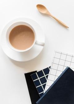 Luftaufnahme der kaffeetasse mit notizblöcken