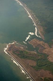 Luftaufnahme der küstenlinie von costa rica
