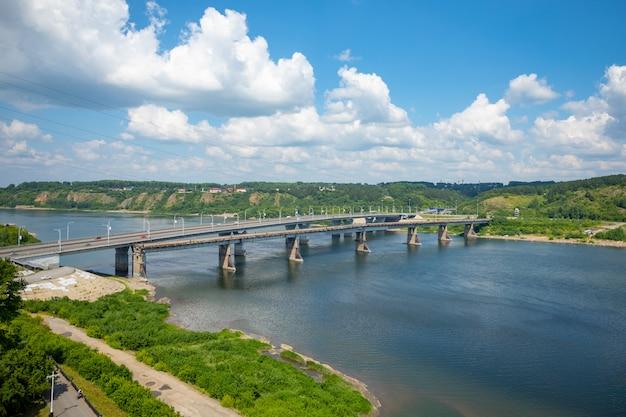Luftaufnahme der kusnezker brücke über den fluss tom in kemerowo, sibirien, russland