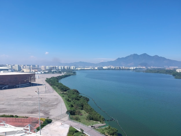 Luftaufnahme der lagune jacarepagua in rio de janeiro. sonniger tag. berge und gebäude im hintergrund. drohnenfoto.
