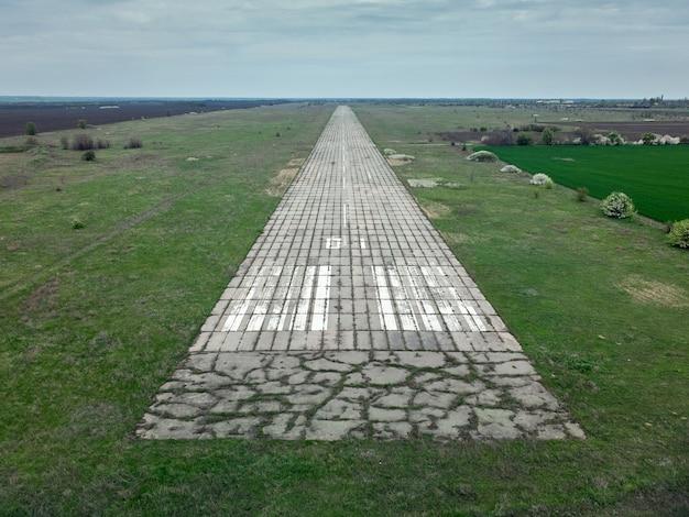Luftaufnahme der landebahn eines verlassenen militärflugplatzes in der ukraine
