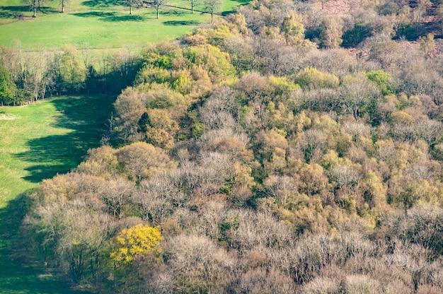 Luftaufnahme der landschaft, die sich dem flughafen london gatwick nähert