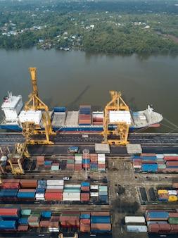 Luftaufnahme der logistik und des transports des container-frachtschiffes und der kranbrücke