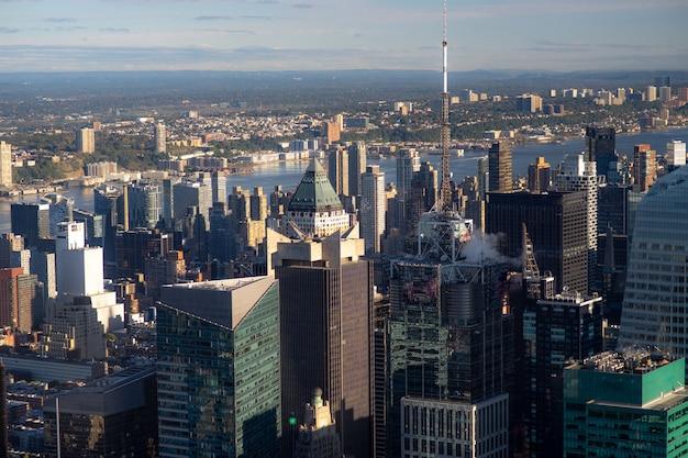 Luftaufnahme der lower east side von manhattan mit brooklyn