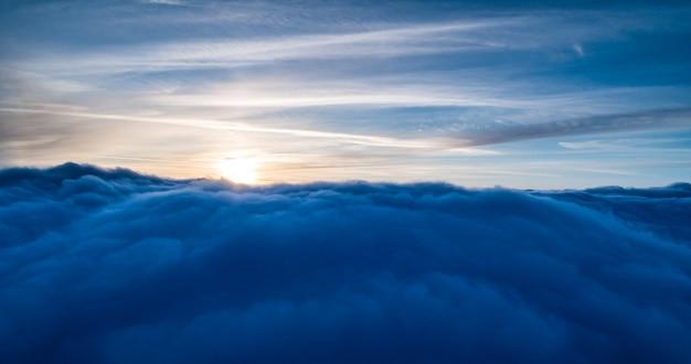 Luftaufnahme der magischen blauen cumuluswolken
