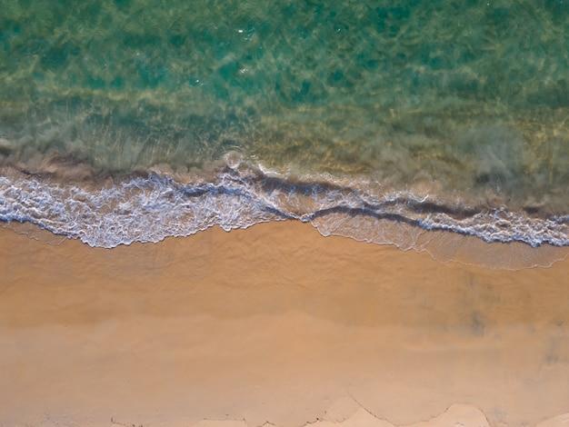 Luftaufnahme der meereswellen am großen ufer