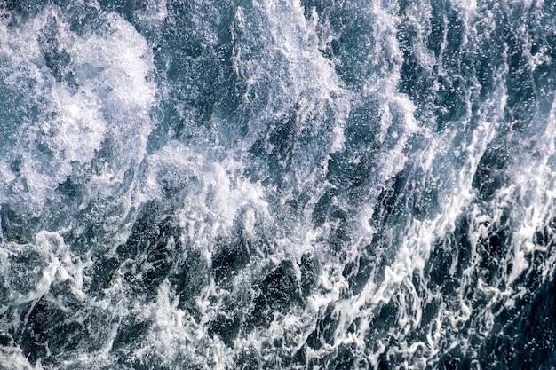 Luftaufnahme der meerwasseroberfläche von oben nach unten.
