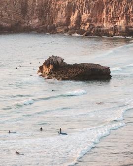 Luftaufnahme der menschen am strand
