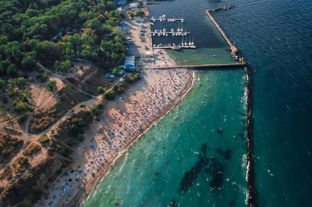 Luftaufnahme der menschenmenge am strand
