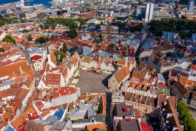 Luftaufnahme der mittelalterlichen, schönen ummauerten stadt tallinn, estland