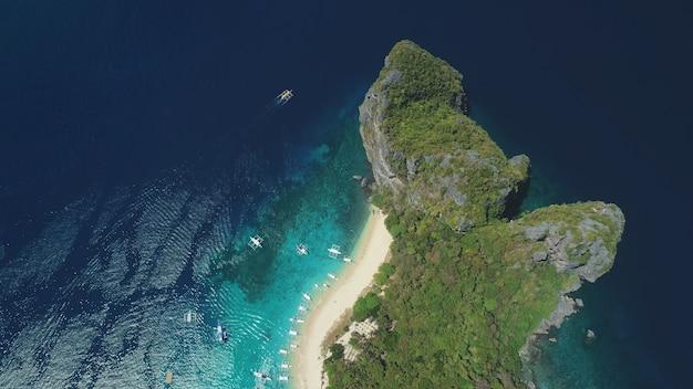 Luftaufnahme der ozeaninsel von oben nach unten