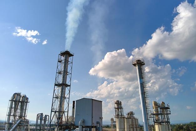 Luftaufnahme der petrochemischen fabrik zur öl- und gasraffination mit hoher raffineriestruktur.