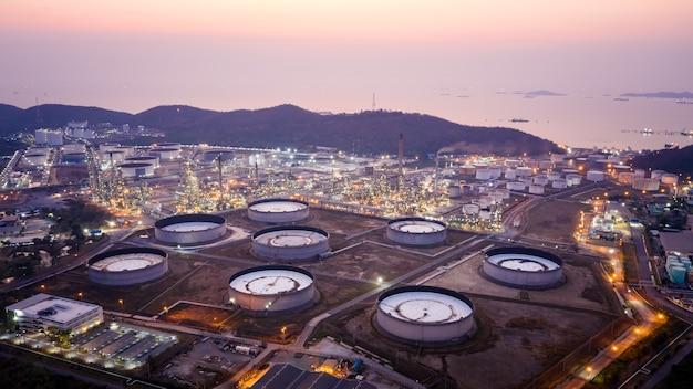 Luftaufnahme der raffinerie der öl- und gasindustrie, aufnahme von einer drohne der ölraffinerie und des petrochemischen werks in der dämmerung, bangkok, thailan