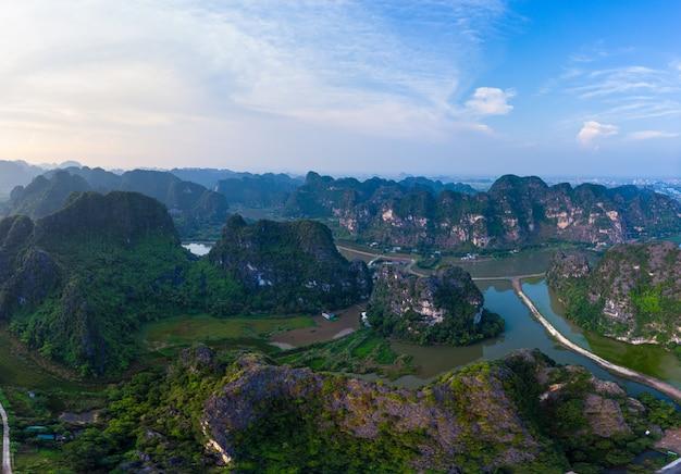 Luftaufnahme der region ninh binh, touristenattraktion trang an tam coc, unesco-weltkulturerbe, malerische flusskarstgebirge in vietnam