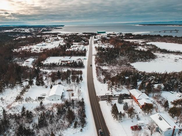 Luftaufnahme der schneebedeckten stadt