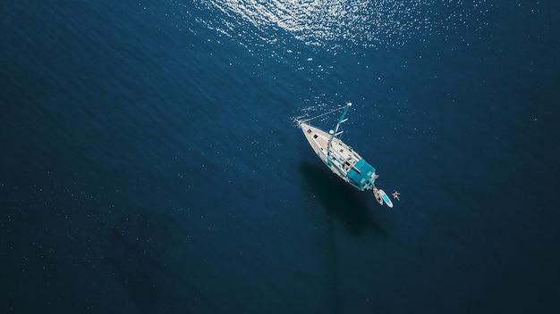Luftaufnahme der schönen blauen lagune am heißen sommertag mit segelboot. draufsicht.