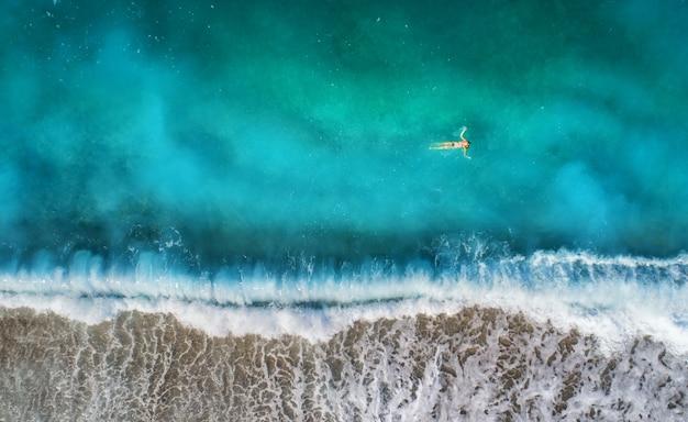Luftaufnahme der schwimmenden frau im mittelmeer