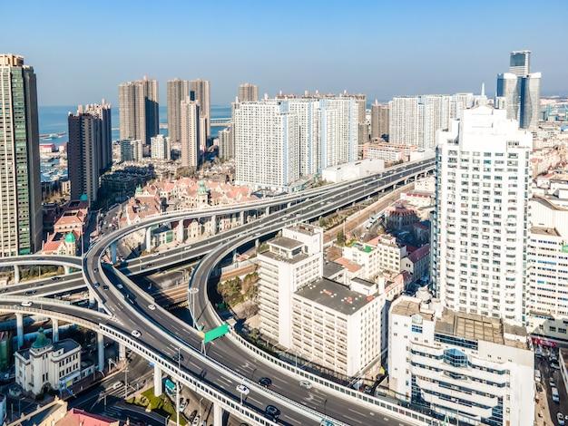 Luftaufnahme der skyline der architektonischen landschaft in der bucht von qingdao
