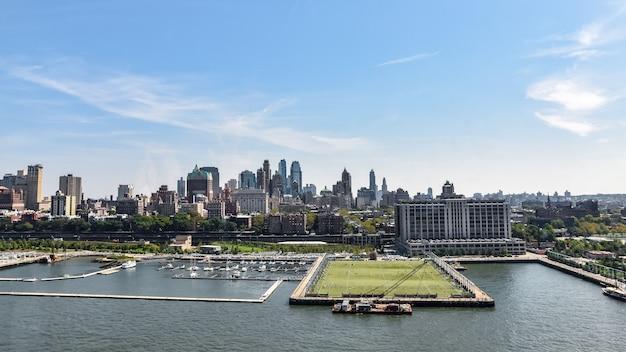 Luftaufnahme der skyline und des hafens. fußballplatz über dem pier. brooklyn, nyc.