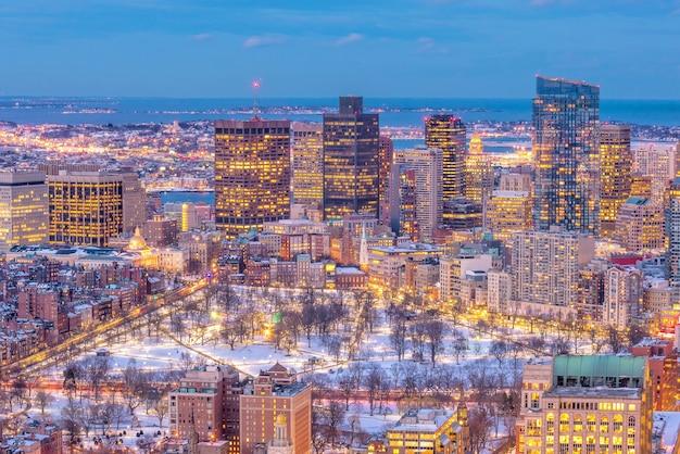 Luftaufnahme der skyline von boston und des boston common park in massachusetts, usa bei sonnenuntergang im winter