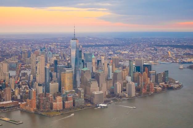 Luftaufnahme der skyline von manhattan bei sonnenuntergang, new york city in usa