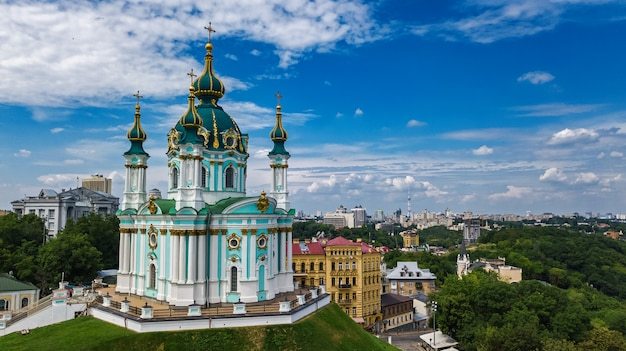 Luftaufnahme der st.-andreas-kirche und der andreevska-straße in kiew