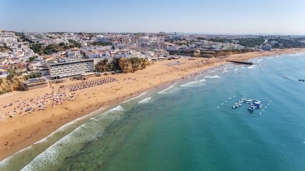 Luftaufnahme der stadt albufeira, strand pescadores, im süden von portugal, algarve