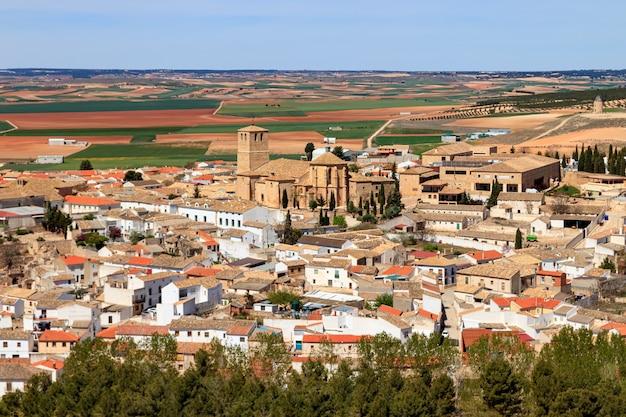 Luftaufnahme der stadt belmonte in la mancha spanien. häuser, kirchen und gebäude typisch für die region. europa.