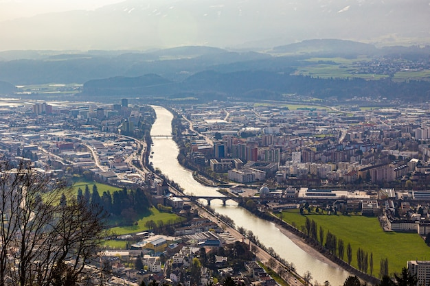 Luftaufnahme der stadt innsbruck, österreich, die den langen fluss zeigt, der durch die stadt fließt