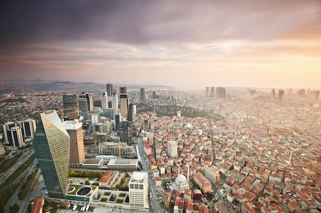 Luftaufnahme der stadt istanbul innenstadt mit wolkenkratzern bei sonnenuntergang